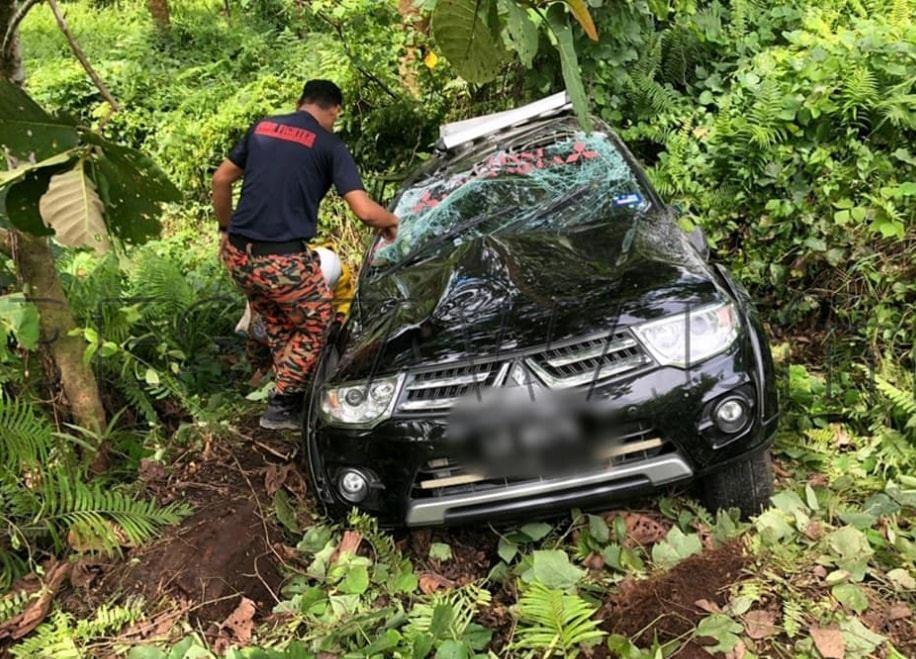 Dua Anggota Bomba & Penyelamat di lokasi kemalangan ~ foto IPD Tawau