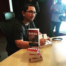 Novelis Resmanshah ketika mempromosi novelnya ~ foto picgra