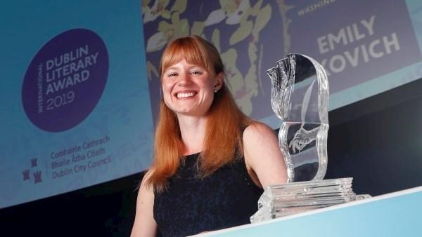 Emily Ruskowich dengan anugerah kemenangannya ~ foto breakingnews