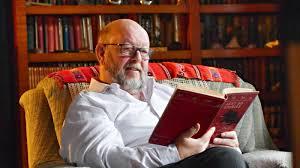 Profesor Chris Browne di perpustakaannya – foto theageaustralia