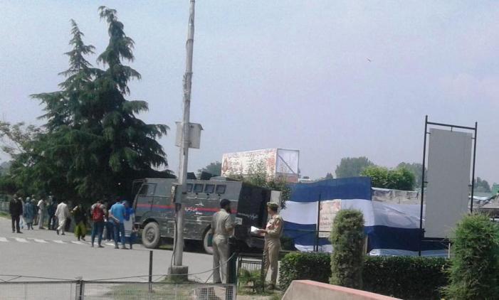 Kenderaan pasukan keselamatan di depan kawasan pestabuku ~ foto kashmirreader