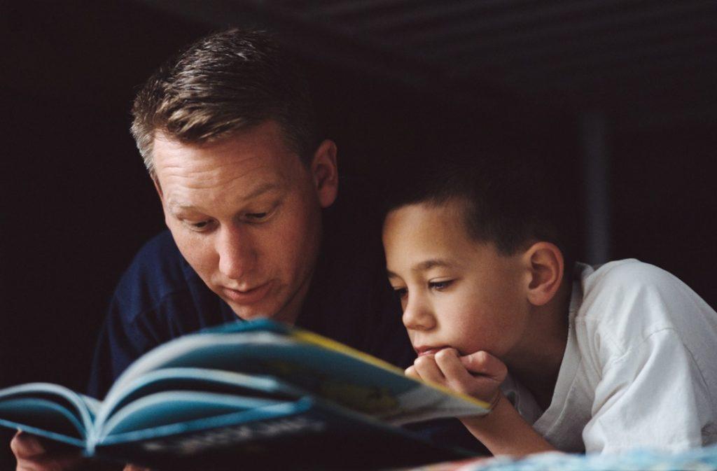 Membacakan buku cerita kepada anak merangsang keboleh bertutur ~ foto babble