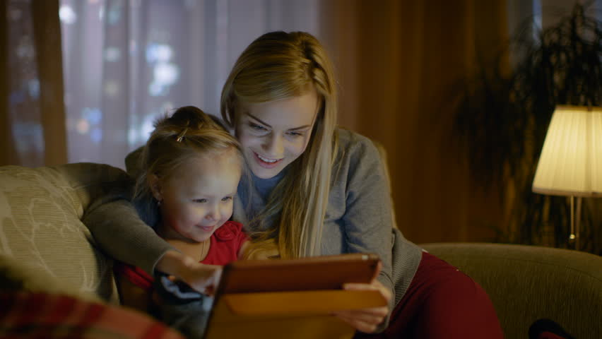 Bercerita dengan anak menggunakan tablet kurang beri kesan interaksi ~ foto shutterstock