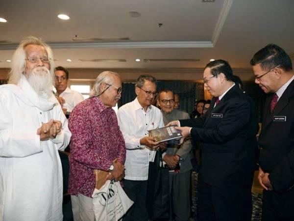 Tujuh Sasterawan Negara menerima elaun pada Majlis Penyerahan Cek Elaun Sara Hidup bersama Menteri Kewangan Lim Guan Eng.
