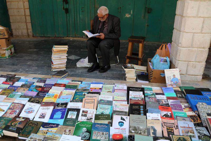 Sebuah gerai buku jalanan di Iraq ~ foto  al-thawra