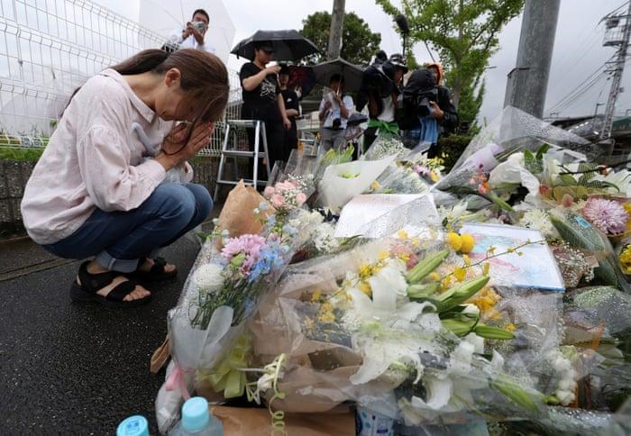 Seorang pengunjung memberi penghormatan terakhir kepada mangsa kebakaran KyoAni ~ foto  theguardian