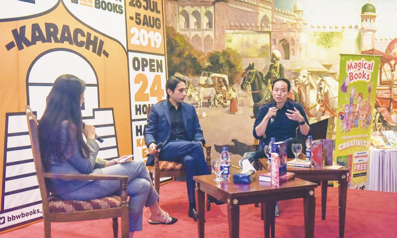 Usahawan Big Bad Wolf, Andrew Yap ditemubual di tapak pesta Big Bad Wolf Karachi~ foto dawn