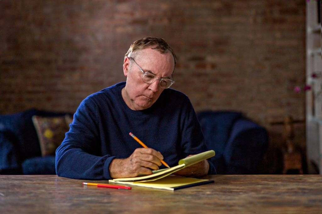 Novelis James Patterson sedang berkarya ~ foto jamespatterson