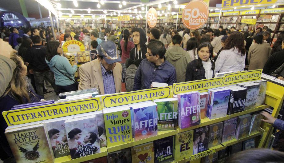 Para pengunjung berasak ke Pesta Buku Peru ~ foto La Prensa