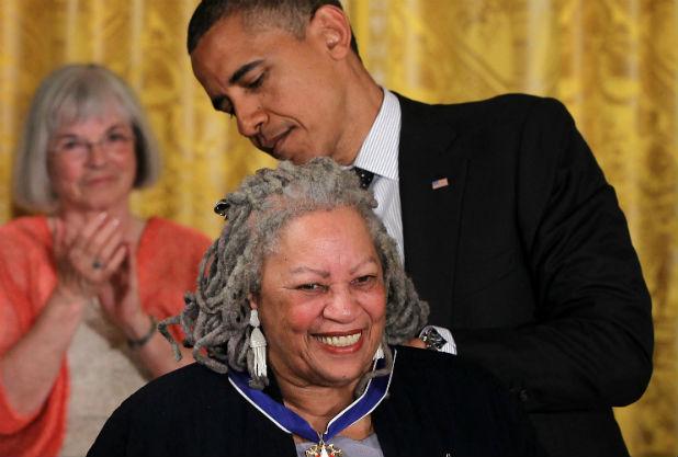 Toni Morrison menerima anugerah dari Barrack Obama ~ foto thewrap