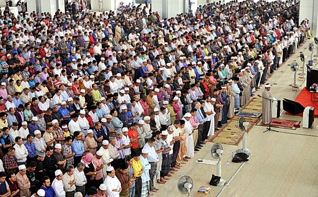 Masjid dipenuhi jemaah rakyat Malaysia dan juga pekerja asing ~ foto sarawakvoice