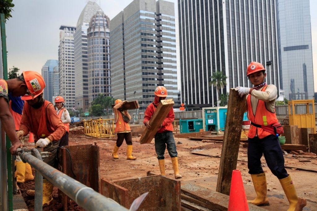 Pekerja asing bertugas di sektor pembangunan ~ foto thestar