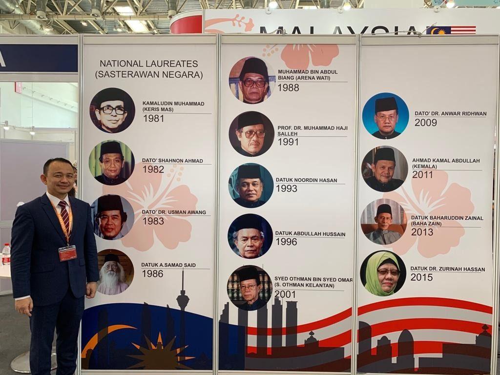 Dr. Maszlee berposing di sisi poster Sasterawan-sasterawan Negara ~ foto Facebook Dr. Maszlee