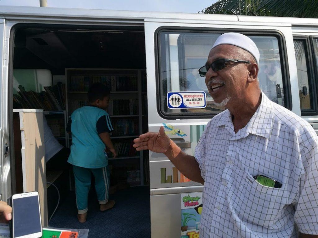 Cikgu Ahmad Sutan, 65, Tarik kanak-kanak minat membaca