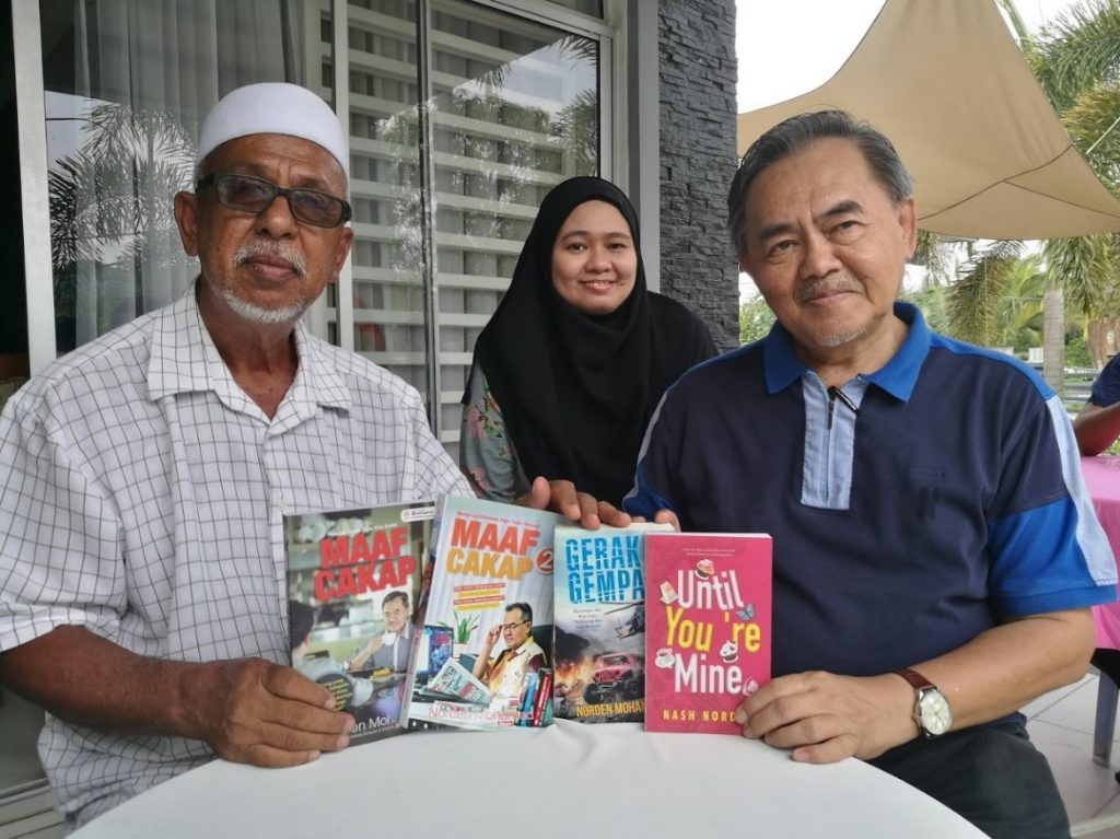Penulis Norden Mohamed dan penulis Nash Norden turut menyumbangkan buku untuk Library Cikgu