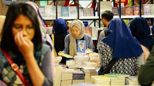 Para pengunjung membelek buku ~ foto tirto