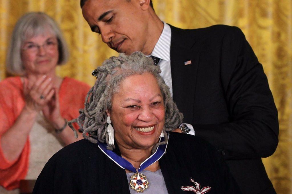 Lima Tip Penulisan Toni Morrison -  Toni menerima Predential Medal of Freedom dari Presiden Barrack Obama pada 2012