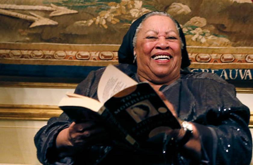 Toni berposing bersama novelnya Song of Solomon pada 1977
