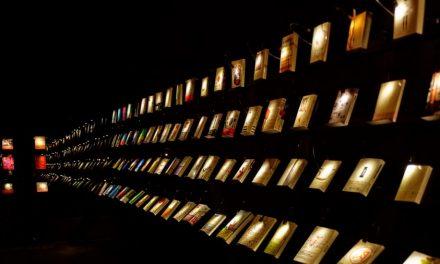 Membaca Buku di Dalam Gelap!